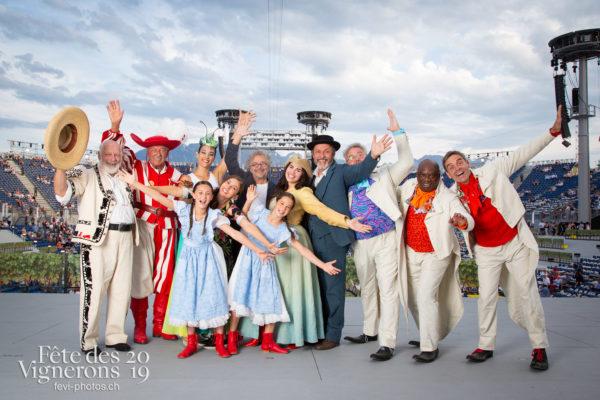 Photo de troupe - Armailli 1819, Cent Suisse 1819, comediens, Daniele Finzi Pasca, Grand-père, groupe, Libellule, melissa-vettore, Mémoire, Messagère, Michel Voïta, Petite Julie, Portrait, Trois docteurs, Photographies de la Fête des Vignerons 2019.