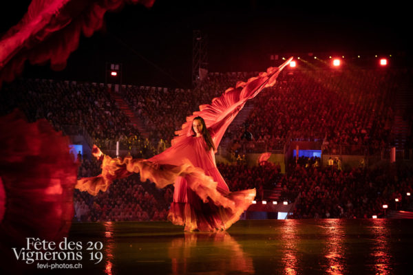 08-09_rue_coulisses_photoshop_©JulieMasson-9261 - Flammes, Loïe Fuller, Spectacle, Photographies de la Fête des Vignerons 2019.