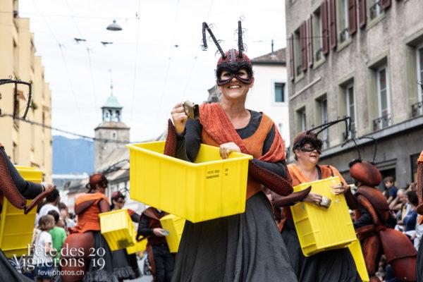 08_10_cortege_photoshop_©JulieMasson-9924 - Choristes-percussionnistes, Cortège, Fourmis, percu-choristes, Percussionnistes, Sauterelles, Photographies de la Fête des Vignerons 2019.