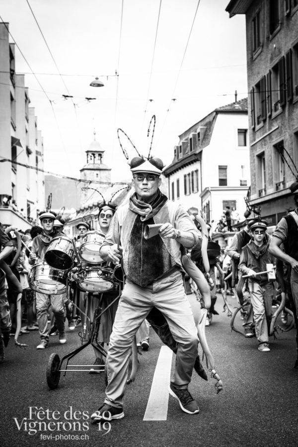 08_10_cortege_photoshop_©JulieMasson-9945 - Choristes-percussionnistes, Cortège, Fourmis, percu-choristes, Percussionnistes, Sauterelles, Photographies de la Fête des Vignerons 2019.