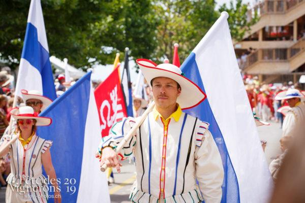 Cortège de la Confrérie - Cortège, Cortèges Confrérie, Porteurs drapeaux, Photographies de la Fête des Vignerons 2019.