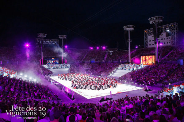 Spectacle - Arène, Chœurs de la Fête, Effeuilleuses, Feuilles, Musiciens de la Fête, Spectacle, Photographies de la Fête des Vignerons 2019.