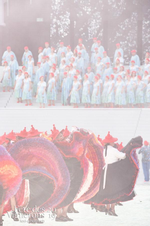 Spectacle - Chœurs de la Fête, Effeuilleuses, Feuilles, Musiciens de la Fête, Spectacle, Photographies de la Fête des Vignerons 2019.