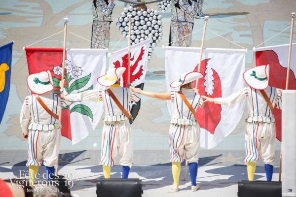 Spectacle de jour, dernière représentation - Porteurs drapeaux, Spectacle, Spectacle jour, Trois Soleils Couronnement, Photographies de la Fête des Vignerons 2019.