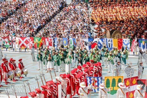 Spectacle de jour, dernière représentation - Cent suisses, Porteurs drapeaux, Porteurs grappes, Spectacle, Spectacle jour, Trois Soleils Couronnement, Vignerons primés, Photographies de la Fête des Vignerons 2019.