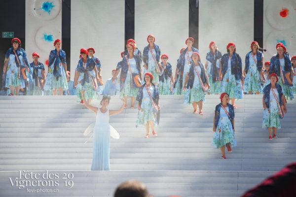 Spectacle de jour, dernière représentation - Chœurs de la Fête, Hommes du premier printemps, Larmes, Musiciens de la Fête, Spectacle, Spectacle jour, Photographies de la Fête des Vignerons 2019.